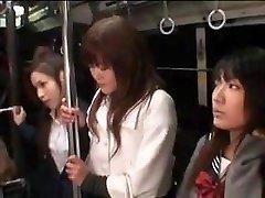 školačky snesl milf v autobusu