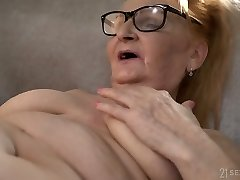 Crazy US nympho Rebecca Ebony is prepped to work on wet mature pussy