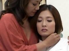 한 켤레는 일본의 레즈비언을 즐기고 키스하고 포옹