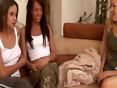 Mastürbasyon onu görünce iki lezbiyen