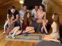 Sıcak öğrenci kızlar Aruna & Izı & Sabrina & Stephany aralarında büyük dicks paylaşmak