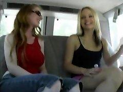 Faye Runaway dostane dominuje v autě tím, že její paní