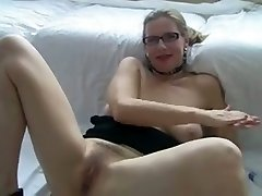 sexy milf i'd like to fuck with glasses have fun with her twat.
