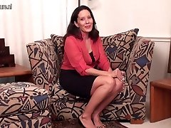 Spectacular American Cougar MILF with shaved cunny