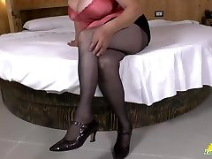 LATINCHILI Latina mature solo stroking