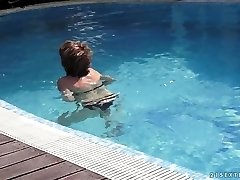 mommy educes her young neighbor in the pool