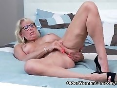 Canadian milf Bianca indulges in onanism