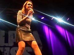 Carolin Kebekus zeigt ihre Alpha Cunny upskirt on stage