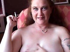 Häbelik lihav babe armastab rääkimise määrdunud ajal suitsu murda