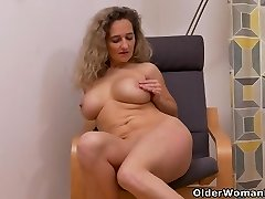 Euro milf Ameli manhandles her puss with her thumbs