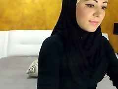Stunning Arabic Beauty Spunks on Camera