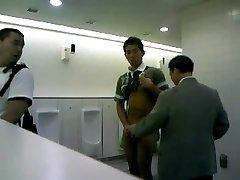 Mees tungrauad, avalik tualett, publik eest
