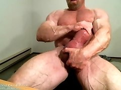 MuscleMaster Tom Lord Pumps his Giant Salami at JockMenLive