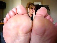 Brandus smirdantis kojos į veidą