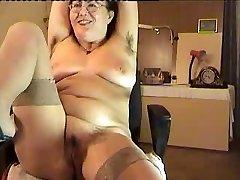 poilue mature lady show sur cam