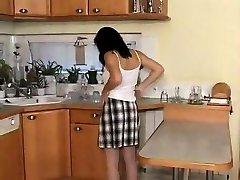 أمي غريب في المطبخ