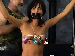 युवा गुलाम सेक्सी बिकनी में बंधे और आंखों पर पट्टी द्वारा, मास्टर