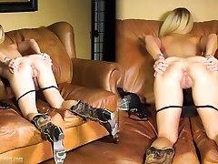业余的妈妈在铸造的沙发上获取肮脏的在BrandNewAmateurs