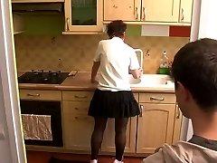 berniukas aplankyti mamos virtuvė
