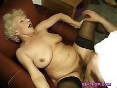 Plaukuota granny Norma pissing