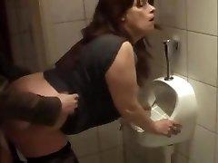 Alemana madura follada en el baño