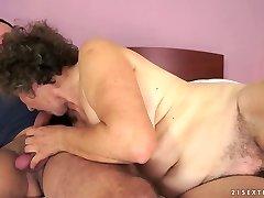 בן זונה קאטה לוקח צעיר הזין המכוער שלה בן שרמוטה
