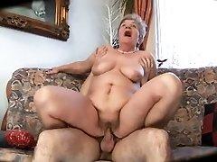 बदसूरत माँ के साथ कोमल शरीर और amp; & लड़की
