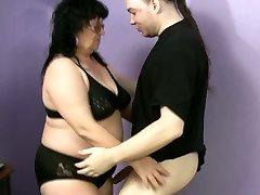 Ružna debeljuca Ramona želje da zadovolji jak vruće član