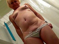 बदसूरत भयावह सुनहरे बालों वाली दादी एक शॉवर ले जाता है और उसे परिपक्व योनी