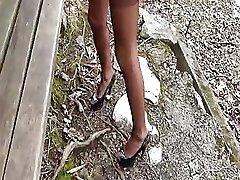 Karšto mėgėjų žmona žiauriai kumščiu prarasta per parko suolelio