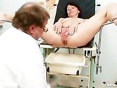 Skinny milf περίεργο pussy fingering από γυναικολόγο γιατρό