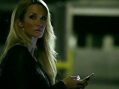 Sassy blondinka mama Jessica Drake jebe čeden dekle na parkirišče