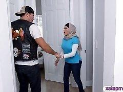 Du busty Arabų ponios pasidalinti sunku gaidys ant sofos