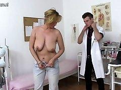 Poredna mati prekleto in sesanju mladim zdravnikom