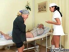 Topla Zločesta Sestra Pomaže Pacijentu Da Pijan