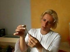 Njemačka medicinska sestra daje prvu pomoć ranjen - Cireman