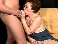 Ragveida vecenīte izmanto viņas boytoy