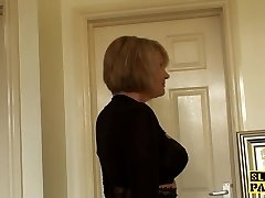 Гламурная бабушка дрочит себя