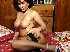 Hot Brunette Busty Milf Necken in verschiedenen outfits, die V SEXY!