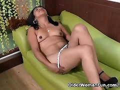 Latina cougar Veronica takes a onanism break