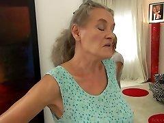 Trumpaplaukio gal Tricia Paauglių fucks granny ir raguotas vyras 3some