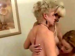 2 Olgun Bayanlar & 1 Sıkı Mastürbasyon
