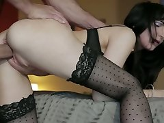 Raven haired honger mama in kousen Diana Prins krijgt doggy fucked hard