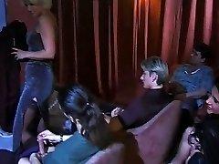 nobriedis un jaunākā meitene gangbanged porno kino