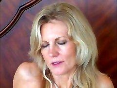 Elegancka blondynka lubi czarne kutasy