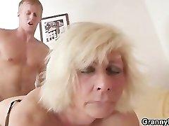 גרמנית סבתא מזיין חזק