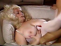Big Titty Blondinė Gauna Pumpuojamas Ant Sofos