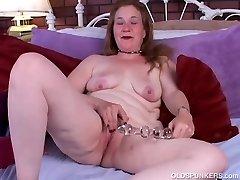 Kinky veco spunker, seksīgas zeķes sloksnes un wanks