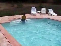מרג ' ורי רטובה בבריכה שלה - חיצונית