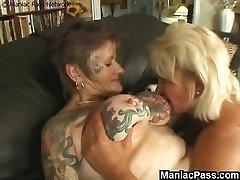 Tatuoitu lesbo granny kusessa